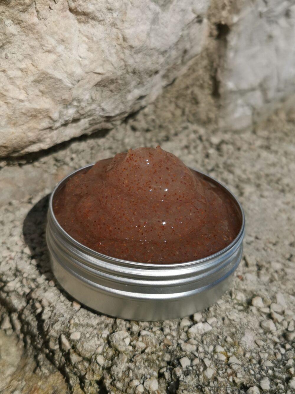 Piling za lice s aloe vera gelom i mljevenim košticama marelice za suhu, osjetljivu i normalnu kožu, miris lavande