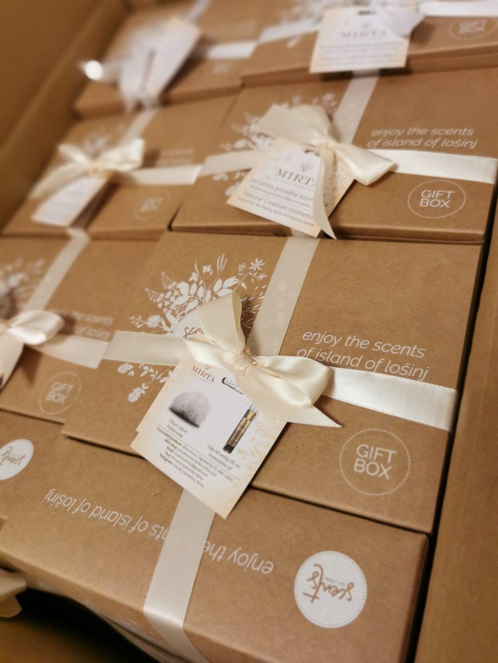 poklon kutija kozmetike za žene u kojoj se nalaze ulje od smilja i filcani sapun