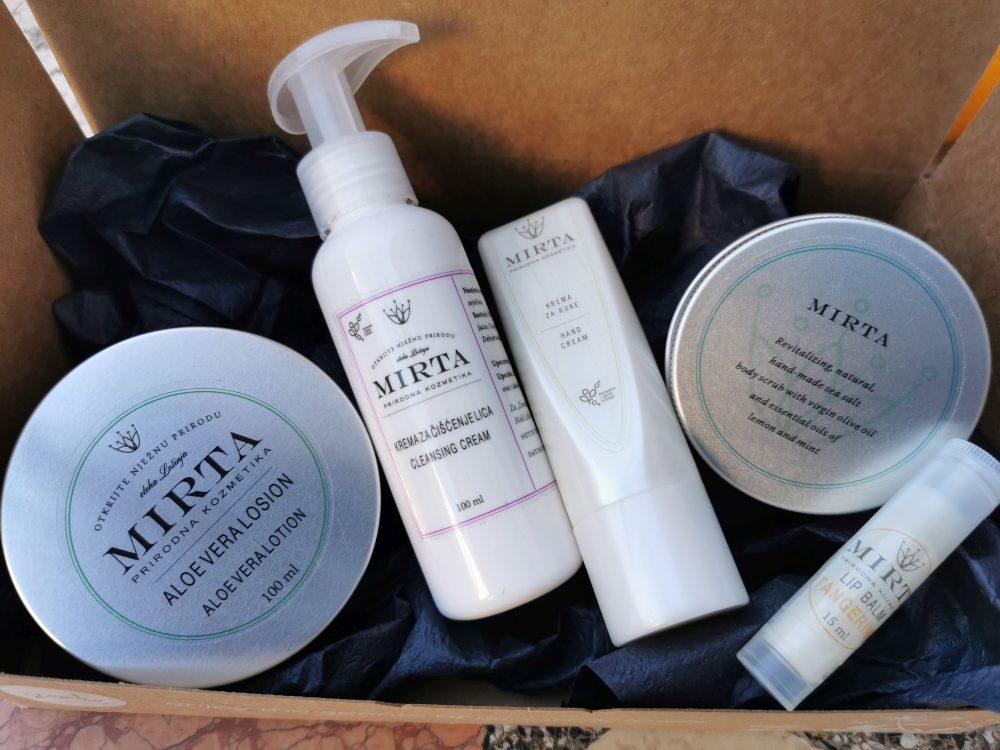 kutija u kojoj se nalaze aloe vera losion, krema za čišćenje lica, balzam za usne i krema za ruke