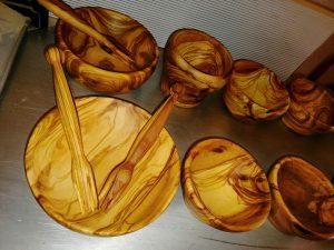 posude i pribor za salatu od maslinovog drveta
